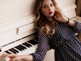 alina-devushka-pianino-muzyka